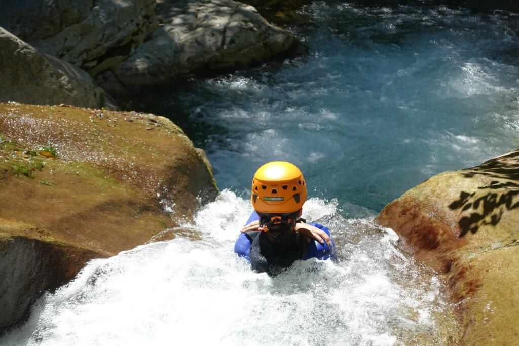 Toboggan dans le canyoning des Gorges du Loup - Lesgeckos